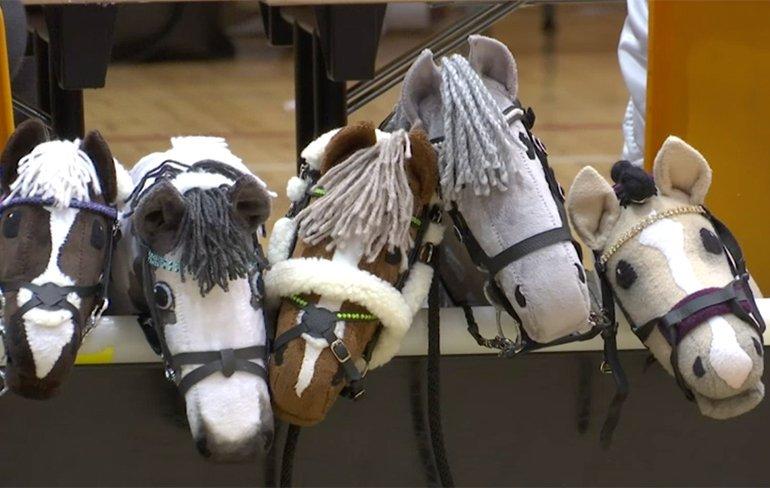 Elk half uur een stokpaarden race met échte stokpaarden!